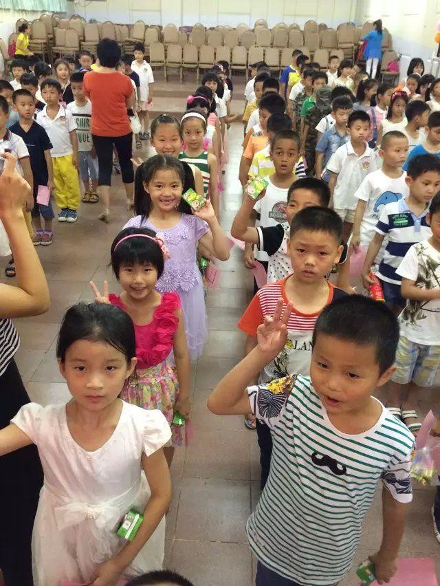 五彩童年 缤纷六一 记小学部欢庆六一活动 六一,是快乐的音符,弹奏着孩子们激动的心情;六一,是缤纷的色彩,描绘着童年五彩的梦想。六月一日晚上,小学部各班为孩子们举行了形式多样的欢庆活动。 要说玩得最开心的,要数我们一年级的小朋友们了。老师们早已为孩子们准备了丰富多彩的游园项目,内容或益智,或冒险,或娱乐无论何种形式,都足以让孩子们笑得合不拢嘴。要说最怀旧的,还是高年级的同学们,迎六一,忆童年,这样的主题最能体现他们对美好童年、美妙时光的追忆和回味。 游园固不可少,歌舞也别有风味。高歌