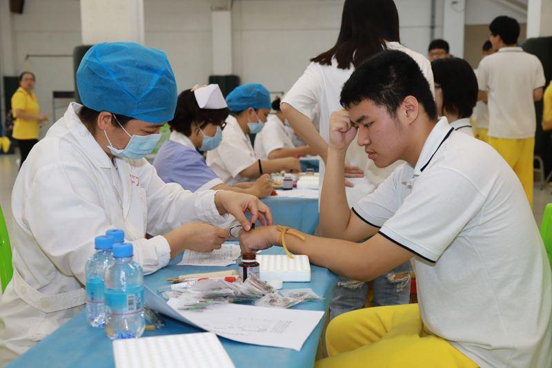 高中部组织学生进行体检